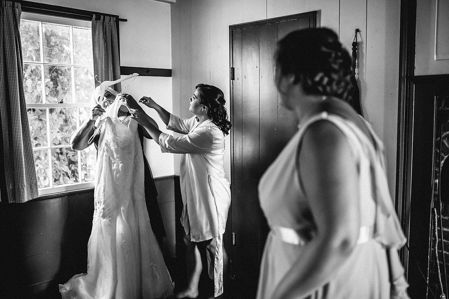 bride and groom getting ready in columbus ohio