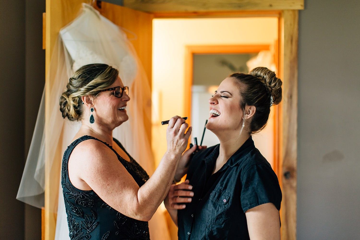 bride and mother of bride getting ready before wedding in johnstown ohio